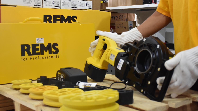 máy uốn ống hoàn chỉnh trong hộp đựng REMS