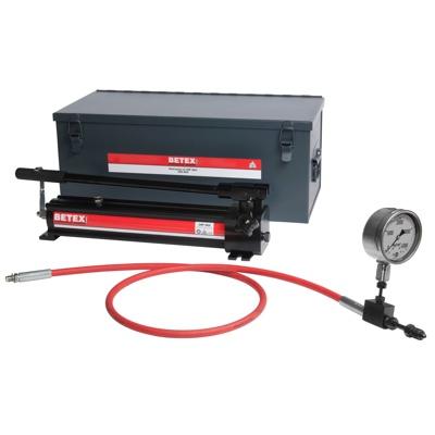Bộ bơm thủy lực siêu cao áp UHP2800, BETEX Hydraulic, dung tích 1 lít.Bơm siêu cao áp có vỏ bơm làm bằng nhôm hợp kim cao cấo.Trọng lượng bơm nhẹ, dễ vận chuyển trong công trường.BETEX UHP2800 có lưu lượng lớn, áp suất lớn nhất trong dòng bơm cùng loại.Thiết kế chịu được va đập và rơi ở điều kiện tiêu chuẩn.