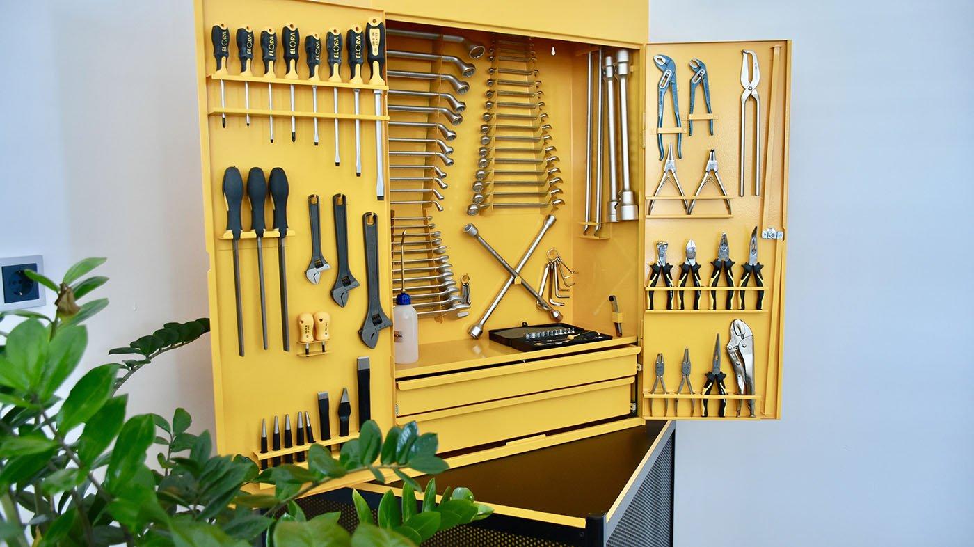 Tủ đồ nghề treo tường khi có dụng cụ bên trong. ELORA Germany.